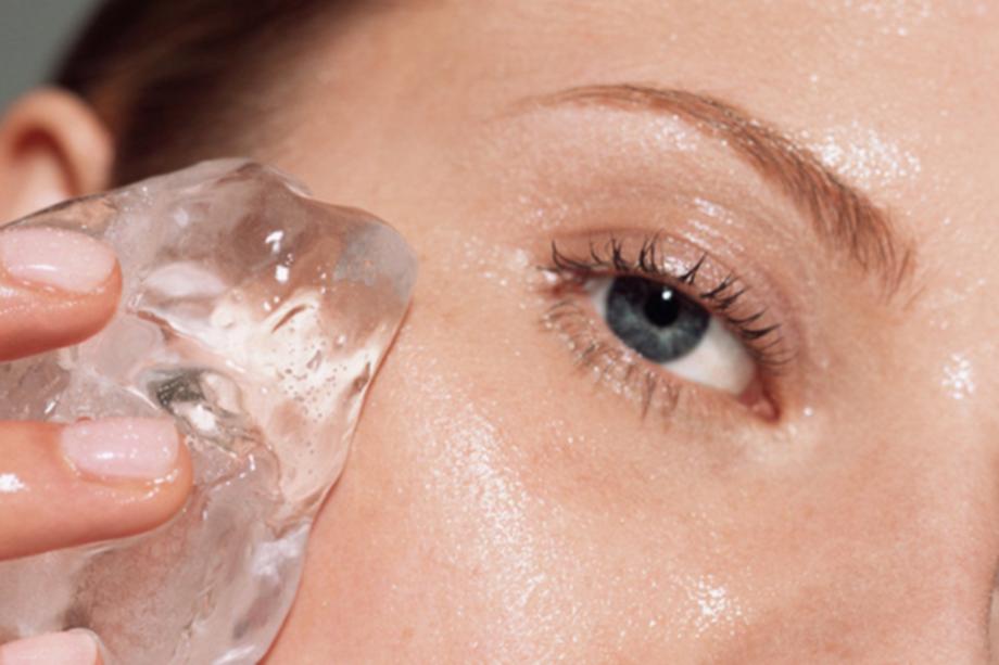 Почему поутрам полезно протирать лицо кубиком льда